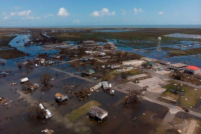 Una vista aérea muestra las casas que fueron destruidas por el huracán Laura el 29 de agosto de 2020 en Cameron, Louisiana.