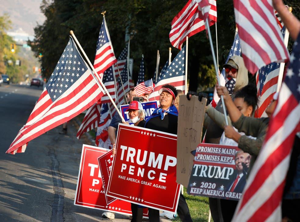 Simpatizantes de Trump se reúnen tras el debate vicepresidencial.