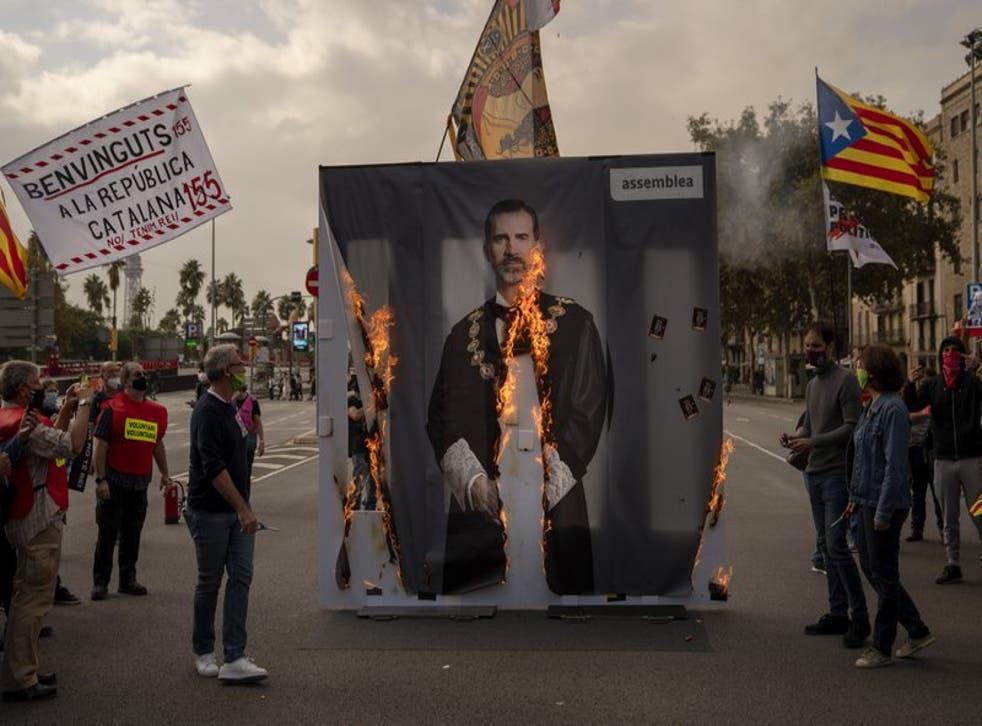 Unas personas queman una imagen del rey Felipe VI de España durante una protesta en Barcelona, el viernes 9 de octubre de 2020. (Foto/Emilio Morenatti)