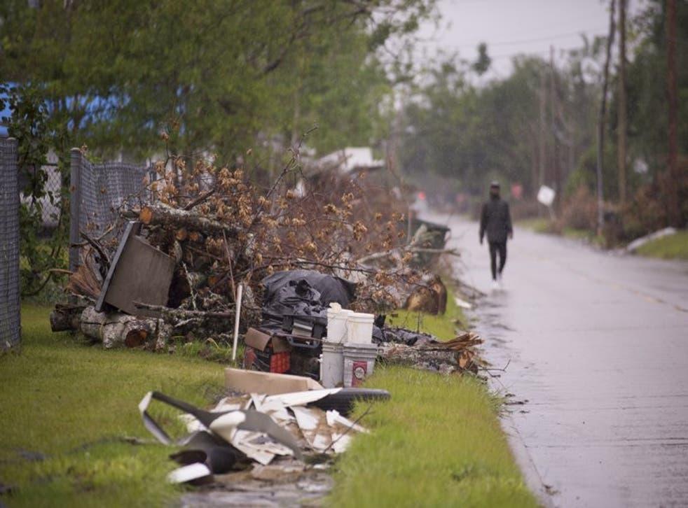 Escombros causados por el paso del huracán Laura aún se encuentran apilados a un costado de los caminos en Lake Charles mientras los residentes se preparan para la llegada del huracán Delta el viernes 9 de octubre de 2020.