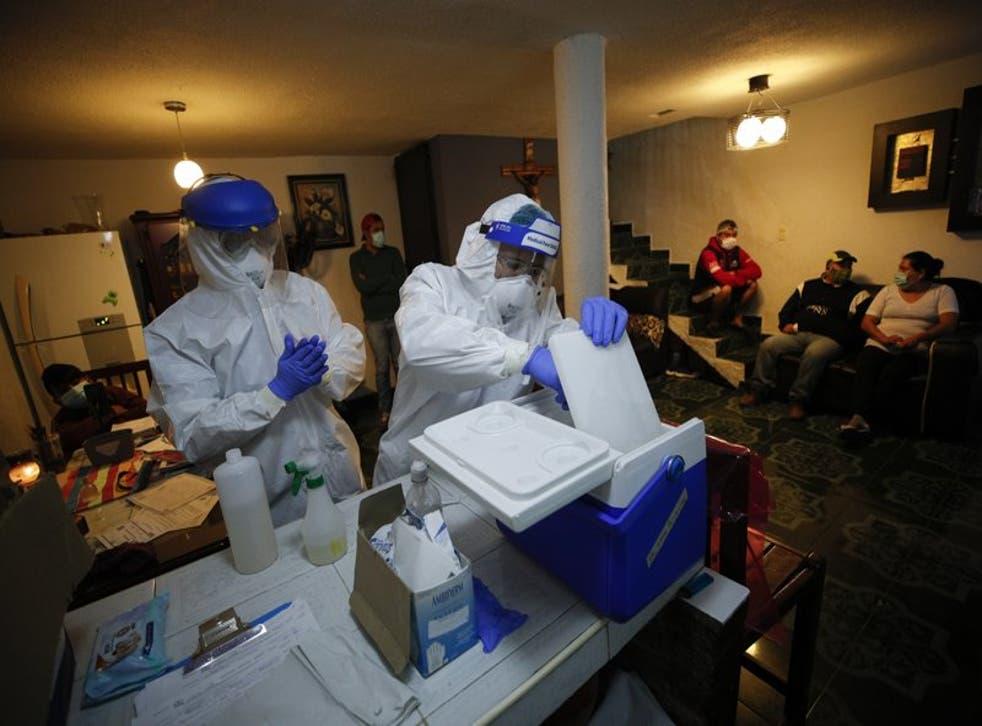 Enfermeros efectúan pruebas de COVID-19 a los miembros de una familia en el sur de la Ciudad de México