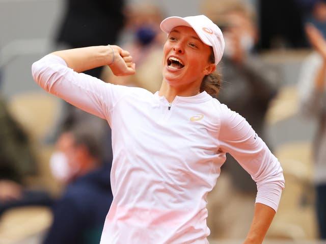 <p>Iga Swiatek de Polonia celebra después de ganar el punto del campeonato durante su final femenina individual contra Sofia Kenin de los Estados Unidos de América el día catorce del Abierto de Francia de 2020 en Roland Garros el 10 de octubre de 2020 en París, Francia .&nbsp;</p>