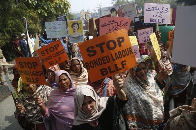 Activistas paquistaníes participando en una manifestación por el Día Internacional de la Mujer en Lahore