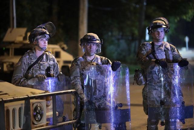 Tropas de la Guardia Nacional hacen guardia cerca del ayuntamiento de Wauwatosa en Wisconsin