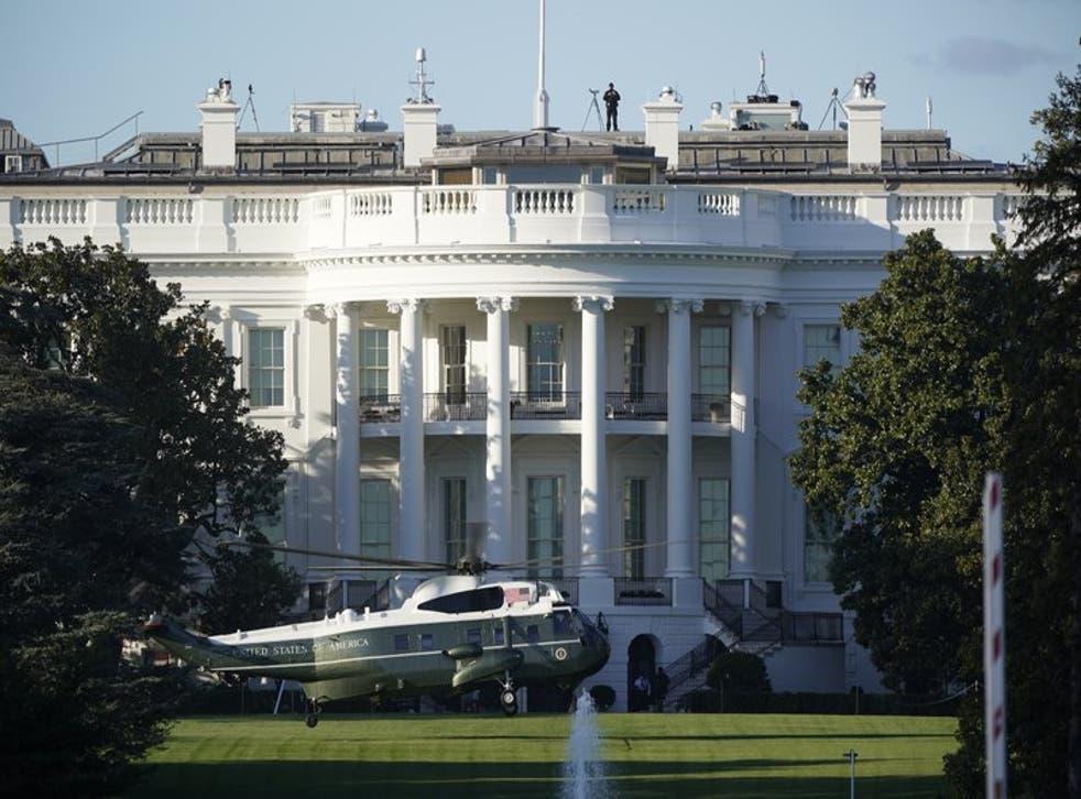 El helicóptero que transportara al presidente Donald Trump al Centro Médico Militar Nacional Walter Reed en Bethesda, Maryland, aterriza en el Jardín Sur de la Casa Blanca en Washington, el viernes 2 de octubre de 2020. (AP Foto/J. Scott Applewhite)