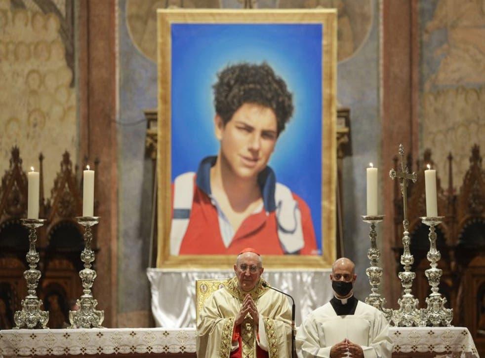 Una imagen del chico italiano Carlo Acutis, de 15 años, que falleció en 2006 de leucemia, es presentada durante su beatificación en una ceremonia a cargo del cardenal Agostino Vallini. (Foto/Gregorio Borgia)