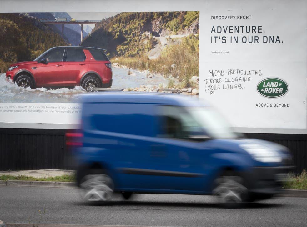 Una camioneta pasa junto a un cartel publicitario de un automóvil nuevo que ha sido pintado el 5 de septiembre de 2017 en Bristol, Inglaterra.