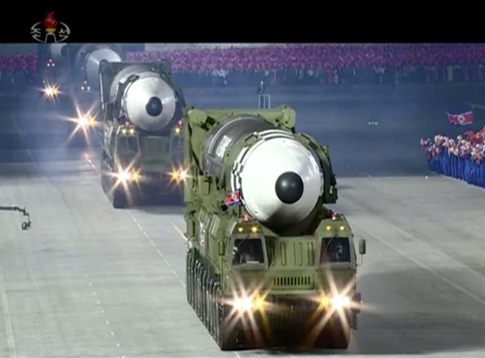 Esta imagen tomada de un video emitido por la televisor norcoreana KRT muestra un desfile militar con lo que parece un posible misil nuevo de combustible sólido, en la plaza Kim Il Sung en Pyongyang, el sábado 10 de octubre de 2020. (KRT via AP)