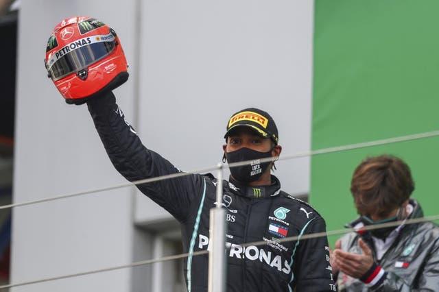 El piloto de Mercedes Lewis Hamilton celebra en el podio luego de ganar el Gran Premio de Eifel.