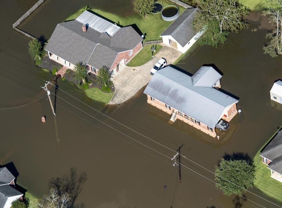 Esta fotografía aérea muestra casas rodeadas por inundaciones tras el paso del huracán Delta.