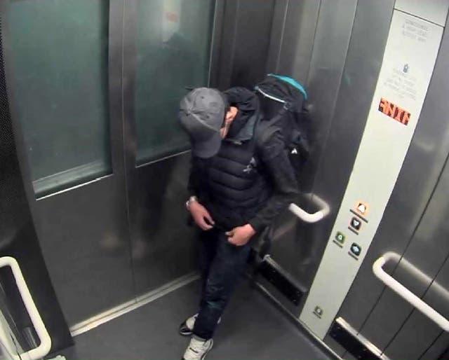 Salman Abedi ajusta el cableado debajo de su ropa mientras lleva su bomba suicida en un ascensor en el Manchester Arena poco antes del ataque del 22 de mayo de 2017