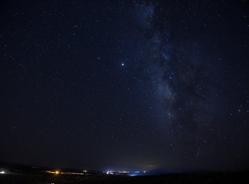 <p>Las estrellas y la Vía Láctea se ven en la Nación Navajo en Hidden Springs, Arizona.</p>