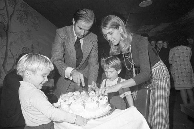 El senador electo Joseph Biden y su esposa Nelia cortaron su pastel de cumpleaños número 30 en una fiesta en Wilmington, el 20 de noviembre. Su hijo, Hunter espera la primera pieza.