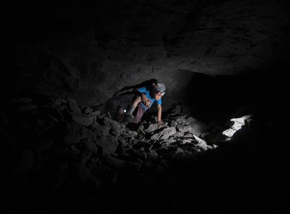 Andrés Gómez, de 11 años,  trabaja dentro de una mina de ámbar cerca de la comunidad de Jotolchén II en el estado de Chiapas, en el sur de México
