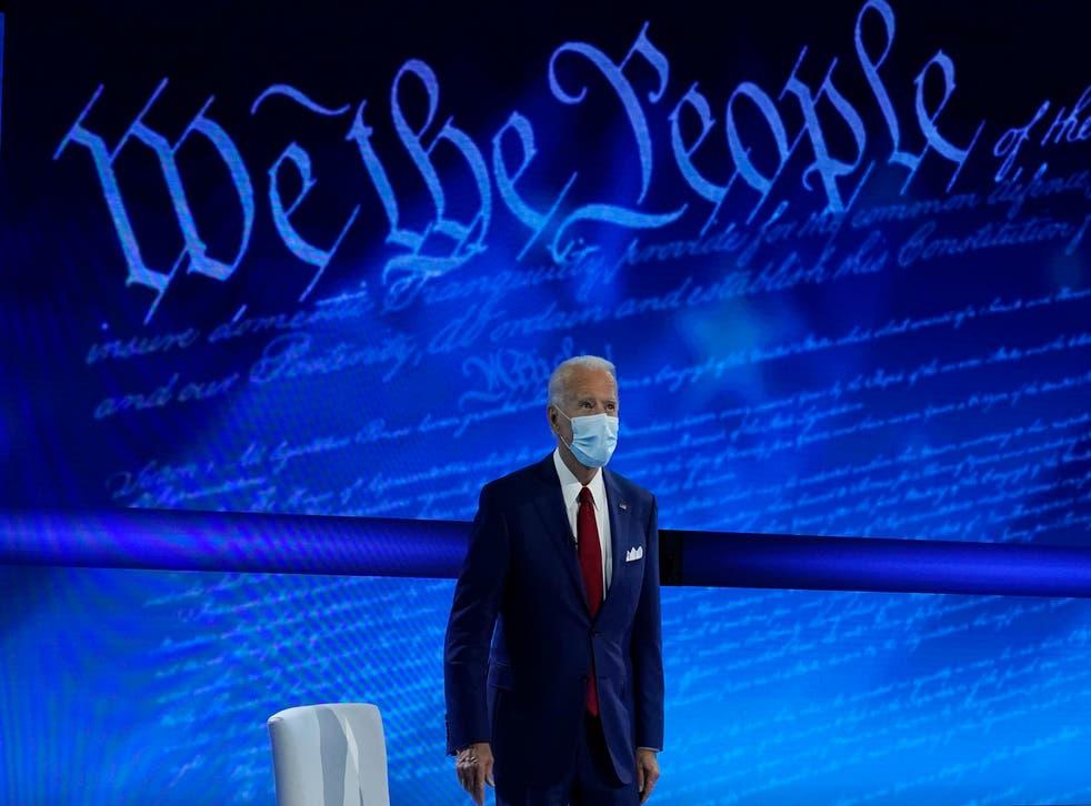 Joe Biden llega para participar en un ayuntamiento con el moderador del presentador de ABC News, George Stephanopoulos, en el National Constitution Center en Filadelfia el 15 de octubre.