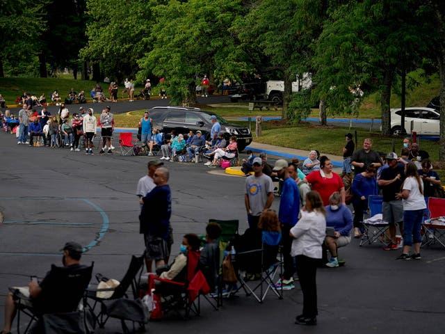 Personas haciendo cola fuera del Kentucky Career Center antes de registrar reclamos de desempleo en Kentucky, junio de 2020