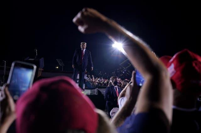 Seguidores animan a Donald Trump en el aeropuerto regional Middle Georgia