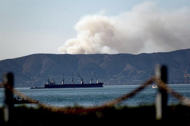 Un incendio en el sur de San Francisco, visto desde Alameda, California.