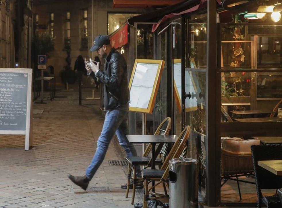 Un hombre sale de un restaurante tras la hora del cierre