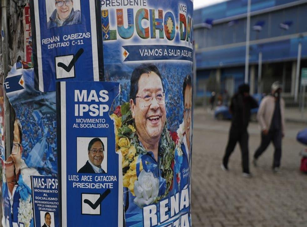 Promocionales del candidato a la presidencia, Luis Arce, del Movimiento al Socialismo (MAS), cubren un poste en El Alto, Bolivia. (Foto/Juan Karita)
