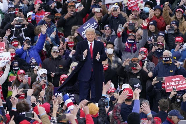 El presidente Donald Trump llega a un acto de campaña en Norton Shores, Michigan, el sábado 17 de octubre de 2020. (Foto/Carlos Osorio)