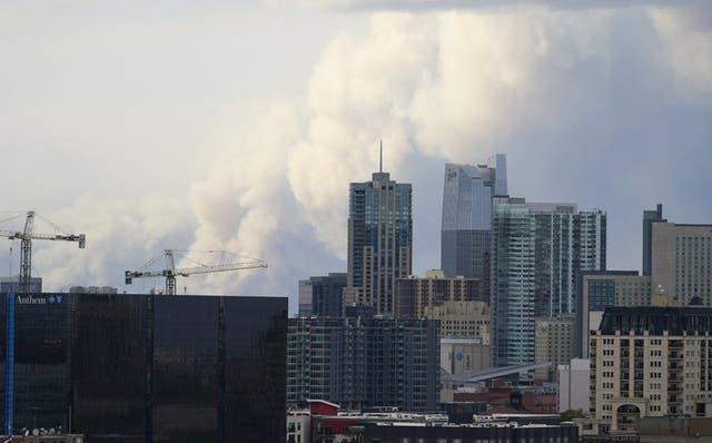 Una nube de humo se eleva en el horizonte, muy cerca de Denver, mientras varios incendios arden en el norte y oeste de Colorado, el sábado 17 de octubre de 2020. (Foto/David Zalubowski)