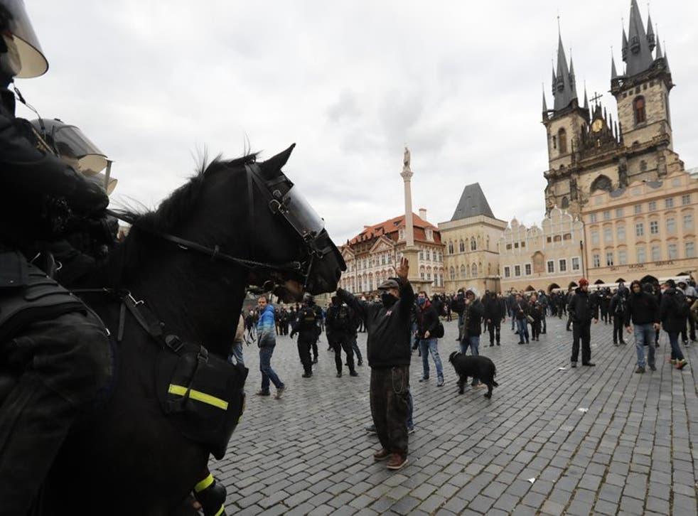 Policías a caballo enfrentan a personas que protestan contra las nuevas restricciones para frenar los caso de coronavirus