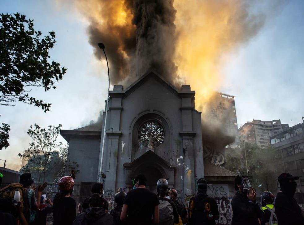"""Un informe policial dijo que hubo 107 """"eventos violentos"""", 580 detenidos en todo el territorio y 118 agentes lesionados."""