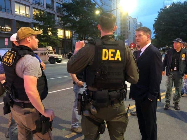 El administrador interino de la DEA, Timothy Shea, visita un retén en Washington.