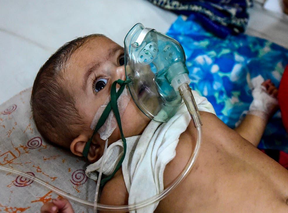 Imagen de archivo: un bebé que padece una enfermedad respiratoria recibe tratamiento en Dhaka
