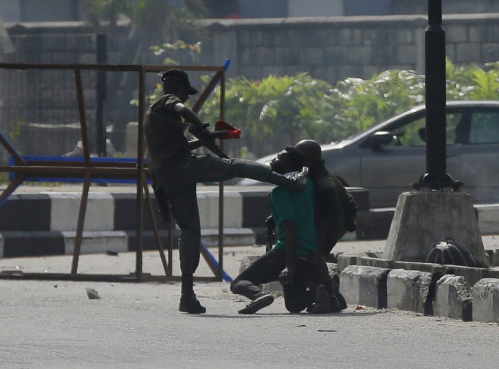 <p>Nigerian security officer kicking protester in Lagos</p>