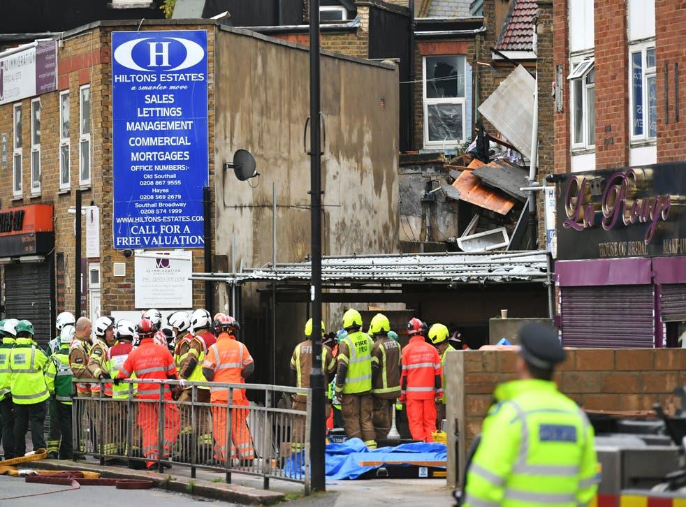 Los servicios de emergencia en el lugar de una presunta explosión de gas en King Street en Ealing, al oeste de Londres.