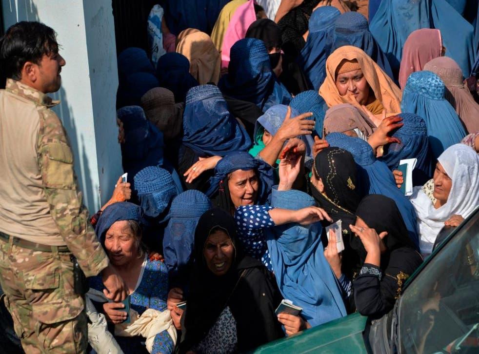 Se produjo una estampida entre los miles de afganos que esperaban en un estadio de fútbol para conseguir visas para salir del país.