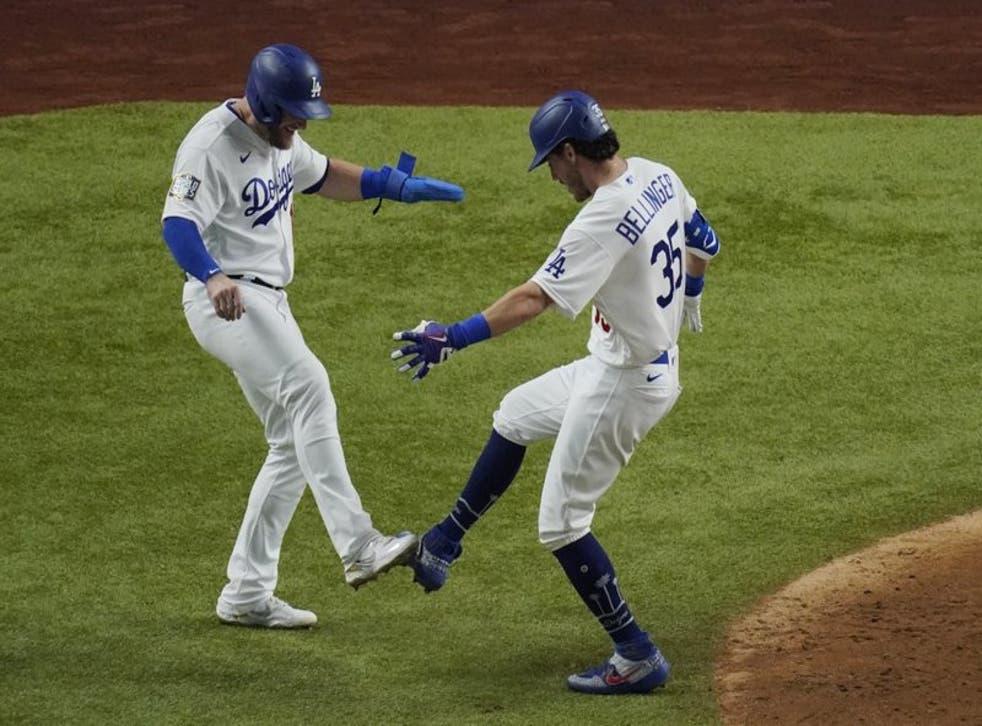 Cody Bellinger de los Dodgers de Los Ángeles celebra su cuandrangular de dos carreras frente a Tampa Bay