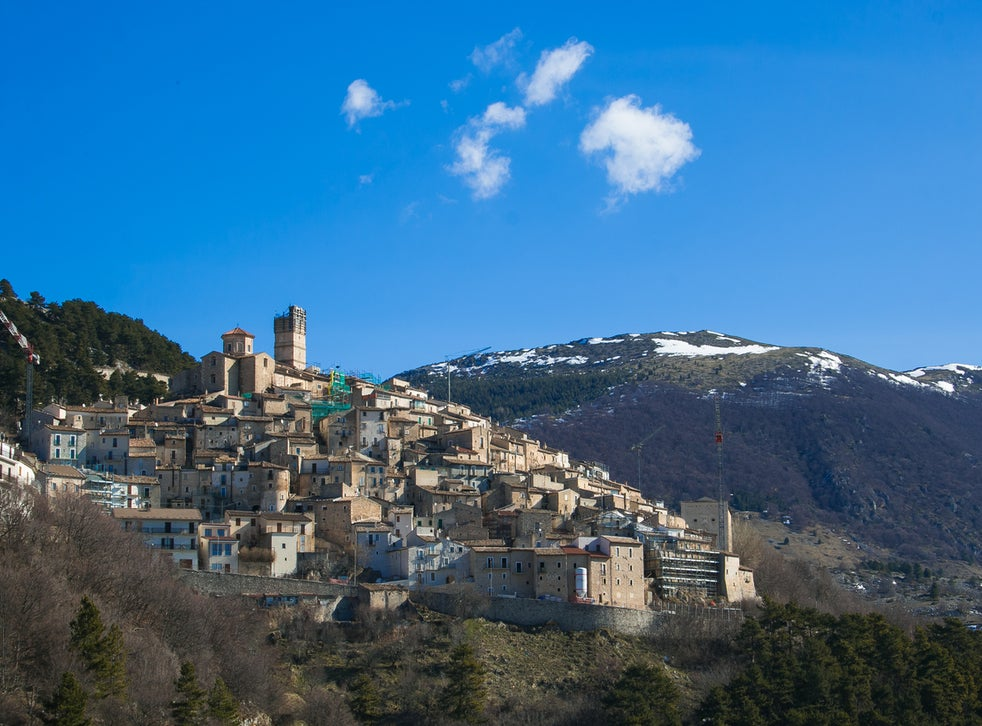 Desa Stefano merupakan sebuah pemukiman sederhana di daerah penggunungan yang terkenal dengan sebutan sextantio 'albergo diffuso'. Berebeda dengan desa lain yang berada di 1.250 mdpl, Santo Stefano hanya memiliki 115 penghuni dan setengahnya adalah pensiunan. Selain itu, kurang dari 20 orang berusia di bawah 13 tahun.