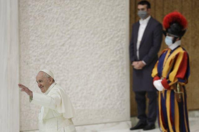 El papa Francisco saluda al final de su audiencia general semanal en la sala Pablo VI del Vaticano, el miércoles 21 de octubre de 2020. (Foto/Gregorio Borgia)