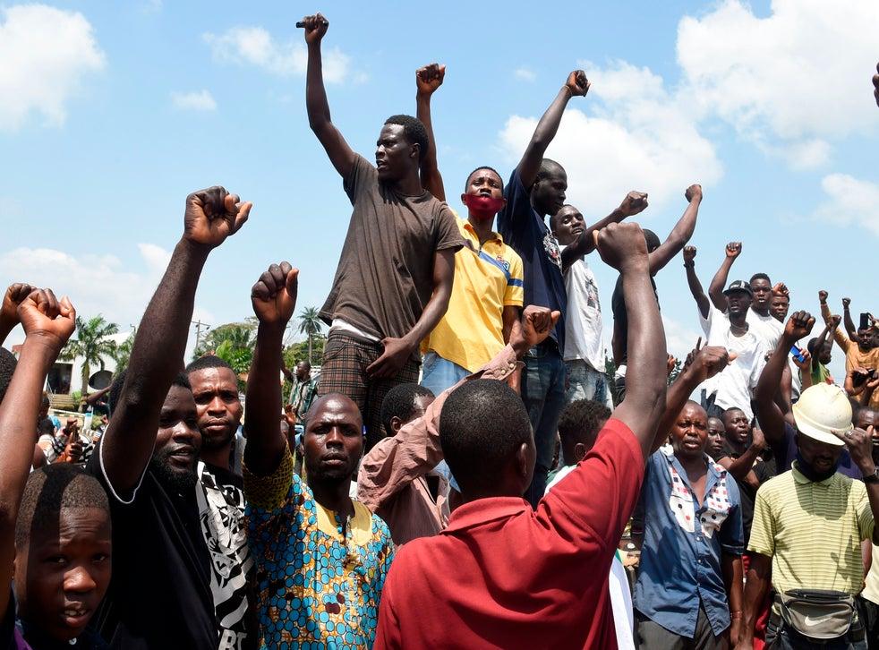 <p>Anti-SARS protesters barricade a Lagos motorway</p>