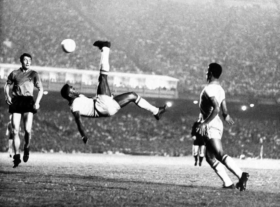 Pelé remata de chilena en un partido amistoso contra Bélgica en 1968
