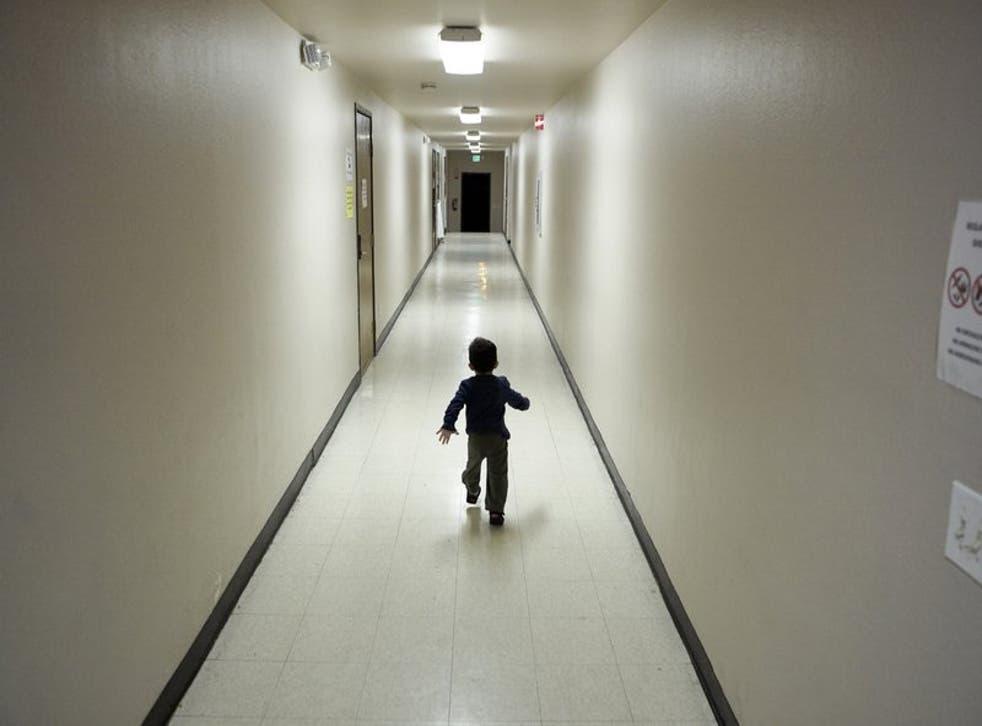 Un niño centroamericano solicitante de asilo llega a un centro de detención migratoria en un albergue en San Diego.