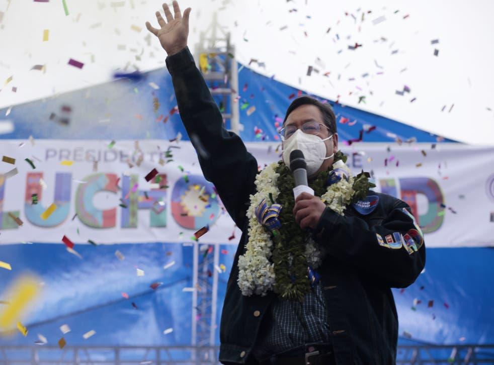 Luis Arce pronuncia un discurso durante su acto de clausura de las elecciones presidenciales.