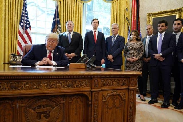 El presidente Donald Trump habla por teléfono con los líderes de Sudán e Israel en la Oficina Oval de la Casa Blanca.