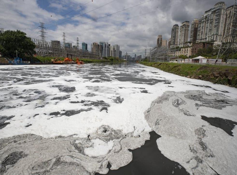 Una capa de espuma cubre parte del río Pinheiros, en Sao Paulo, Brasil.