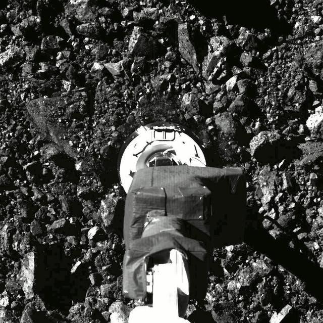 La sonda Osiris-Rex está cargada con tantos fragmentos de suelo de la misión de esta semana que el compartimiento de muestras no puede cerrarse.