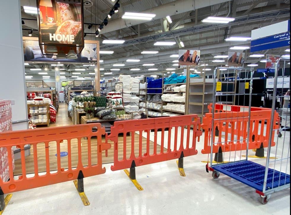Los artículos no esenciales están bloqueados en un supermercado Tesco en Western Avenue en Cardiff, Gales.
