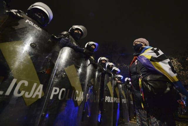 Policías antimotines frente a la casa del líder del partido conservador de Polonia antes de una protesta allí, en Varsovia, el 23 de octubre del 2020. (Photo/Czarek Sokolowski)