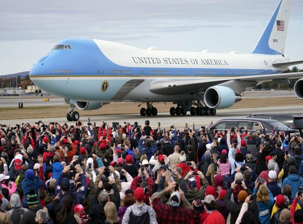 El avión presidencial estadounidense llega para un evento de campaña del presidente Donald Trump en aeropuerto Manchester-Boston, Londonderry, Nuevo Hampshire, el 25 de octubre del 2020. (Photo/Elise Amendola)(Photo/Julio Cortez, File)