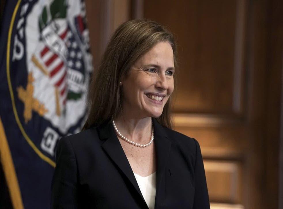 La jueza Amy Coney Barrett, propuesta para la Corte Suprema, se reúne con la senadora republicana Martha McSally el miércoles 21 de octubre de 2020 en el Capitolio, en Washington. (Greg Nash/Foto compartida vía AP)