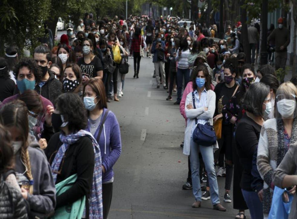 La gente hace fila y espera su turno para votar durante un plebiscito que decidirá si el país sudamericano reemplaza su constitución de 40 años, en Santiago de Chile, el domingo 25 de octubre de 2020 (Foto/Esteban Félix).