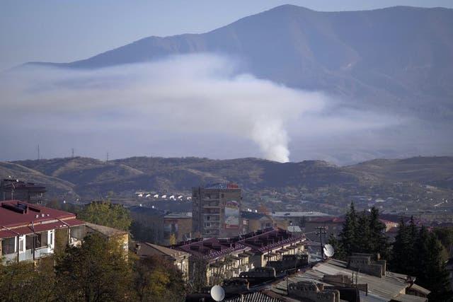 Una columna de humo se eleva tras caer proyectiles disparados por la artillería de Azerbaiyán el sábado 24 de octubre de 2020 durante un enfrentamiento con las fuerzas de Armenia en Stepanakert, en la región separatista de Nagorno-Karabaj.
