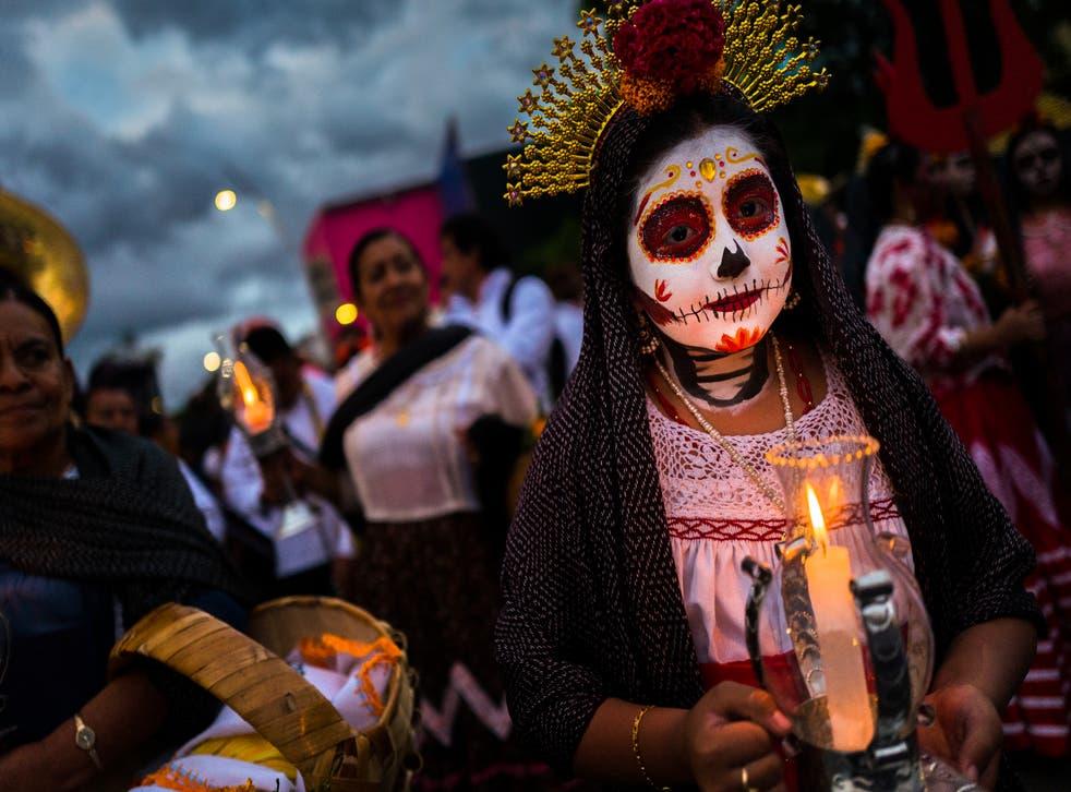 Las celebraciones del Día de Muertos en México se verán diferentes este año, ya que el país ha pedido a los cementerios que cierren al público en un esfuerzo por frenar las infecciones por coronavirus.